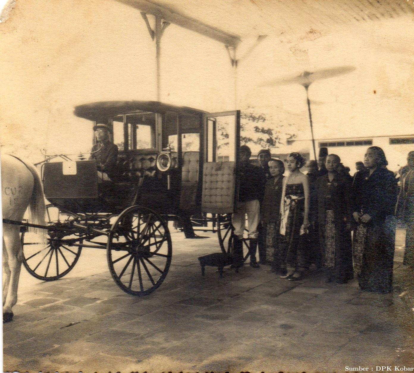 Pernikahan, Permaisuri Sultan XIV sedang menaiki kereta kencana di Solo, tahun 1942.