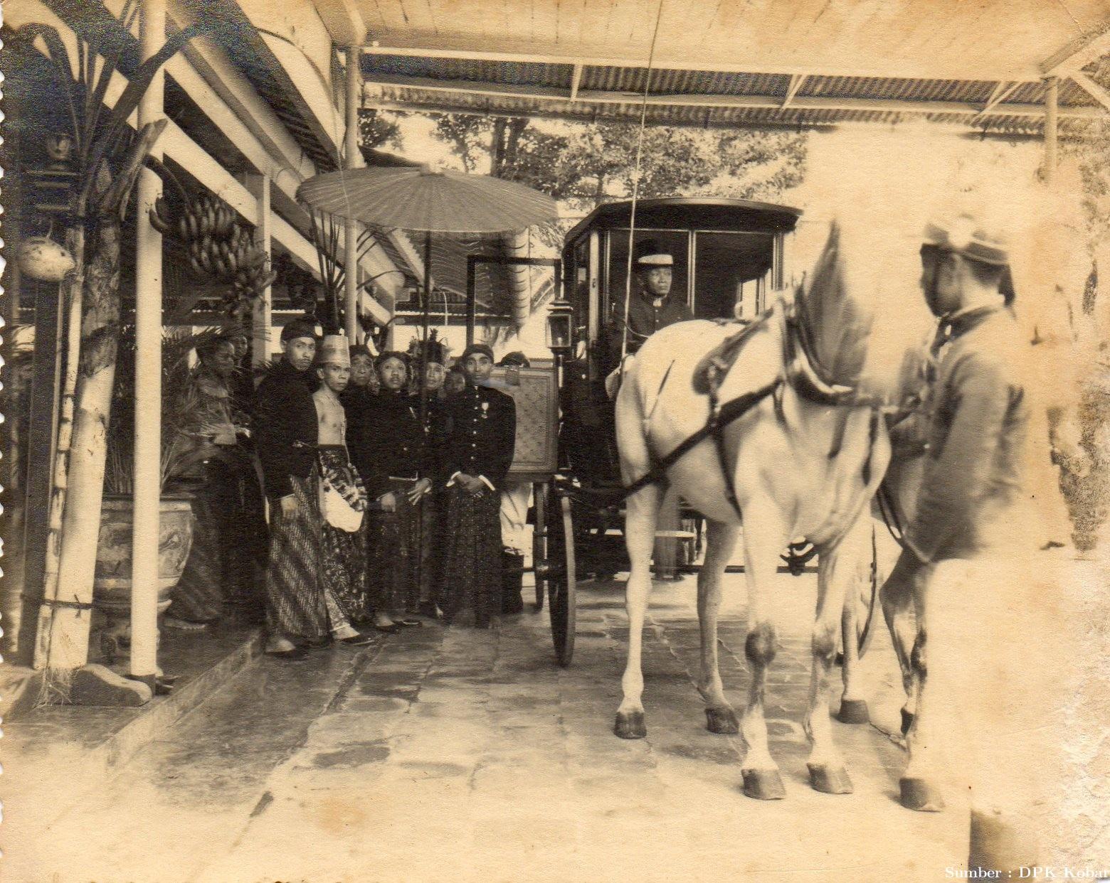 Pernikahan Sultan XIV di Solo, Menaiki kereta kencana, tahun 1942.