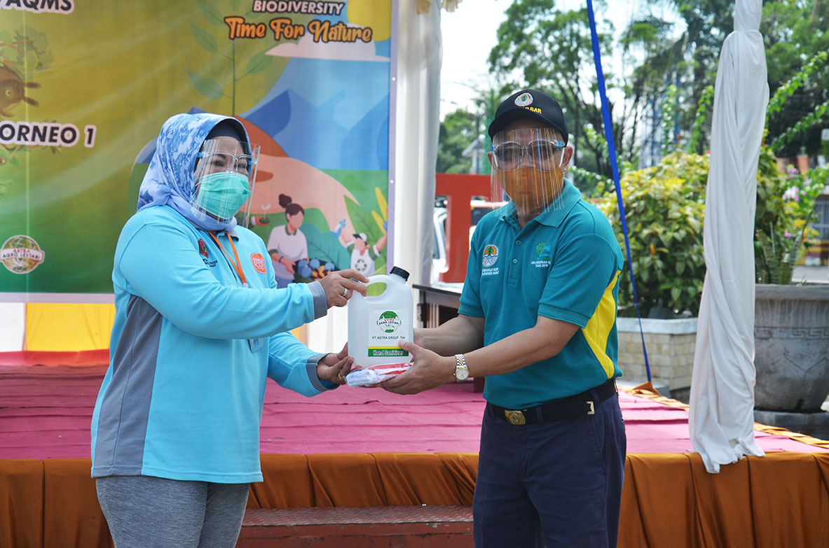 Penyerahan Bantuan Alat Kesehatan dan Suplemen Kesehatan Serta Tong Sampah dari BUMD dan Pihak Swasta kepada Bupat dan Diserahterimakan kepada Kepala DLH Kobar untuk diserahkan kepada Petugas Kebersihan dan Petugas RTH