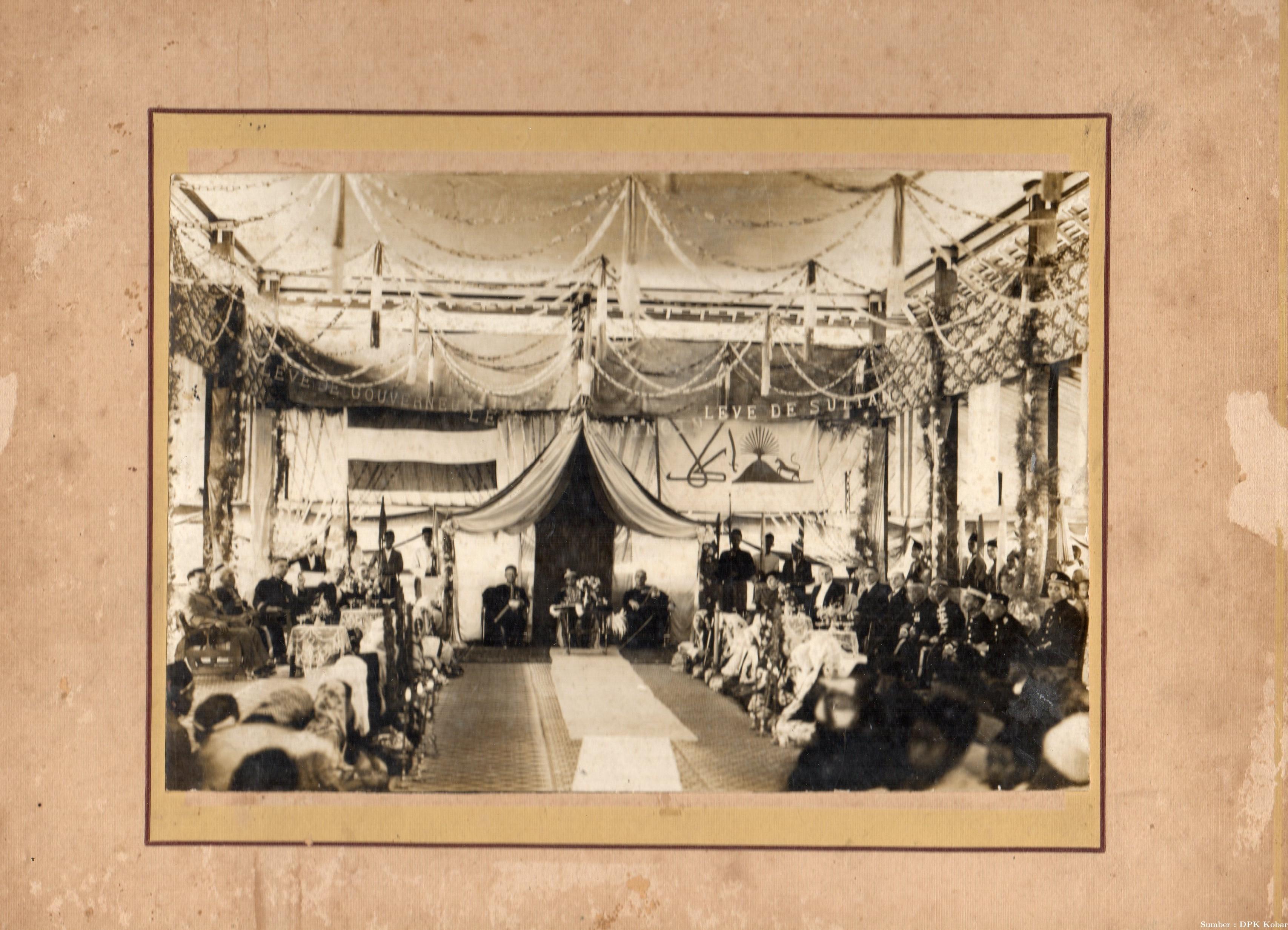 Pelantikan Sultan ke XIV Kerajaan Kotawaringin di Saksikan oleh Mangkubumi, Adipati Mangkubumi (sebelah kanan), tahun 1938.