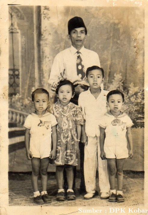 Sultan XIV, P.R. Alamsyah tampil dengan keluarga, tahun 1956.