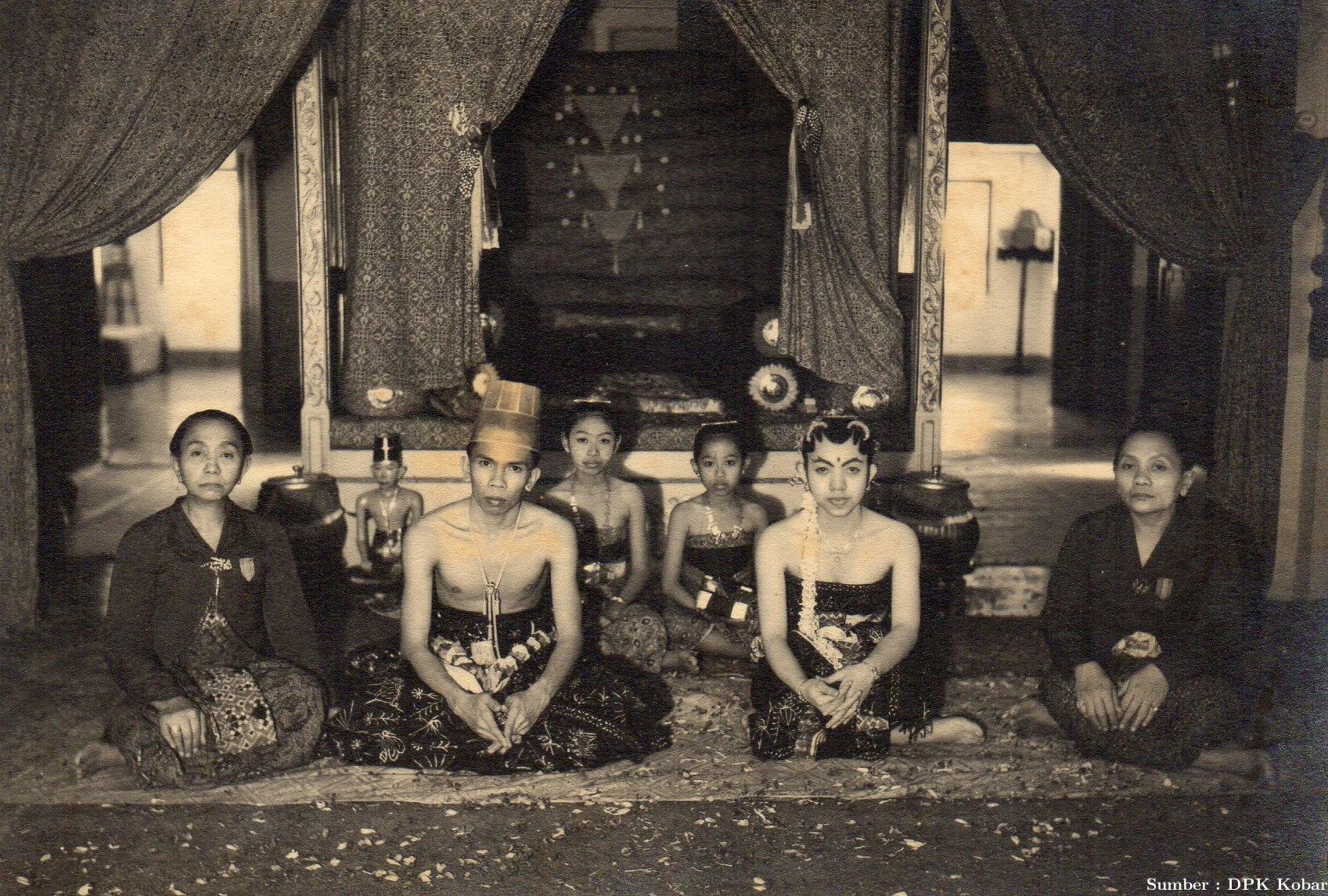 Pernikahan P.R. Alamsyah dan Permaisuri R.A. Ajeng Sukmadinah di Sosonomulyo Solo, tahun 1942.